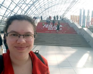 Diesmal vor der anderen Treppe: zur Feier des Vorlesewettbewerb-Jubiläums